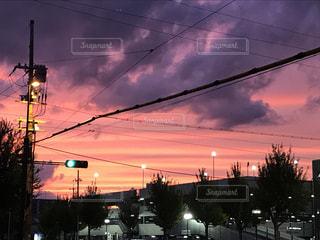 夜の街に掛かるトラフィック ライトの写真・画像素材[753118]