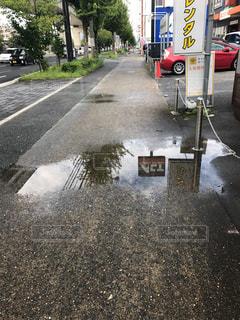 車の通りは道路の脇に駐車の写真・画像素材[753136]