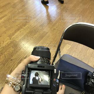スーツケースに座る人の写真・画像素材[753151]