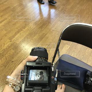 木製の床の上に座って荷物のバッグの写真・画像素材[753155]