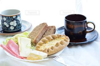 食品とコーヒーのカップのプレートの写真・画像素材[997381]