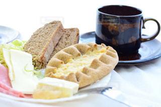 サンドイッチとコーヒーのカップとプレートの写真・画像素材[997835]