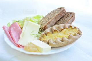 皿の上の食べ物の写真・画像素材[997837]