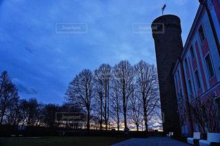 夕暮れ時の空とタワー。冬のエストニアの写真・画像素材[1849771]