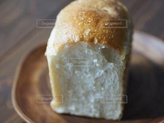 テーブルの上のパンの写真・画像素材[1197881]