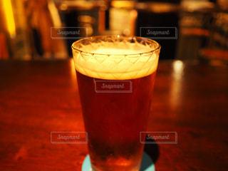 近くのテーブルにビールのグラスをの写真・画像素材[1198632]