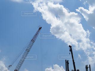 曇り青空の前にクレーンの写真・画像素材[1224771]