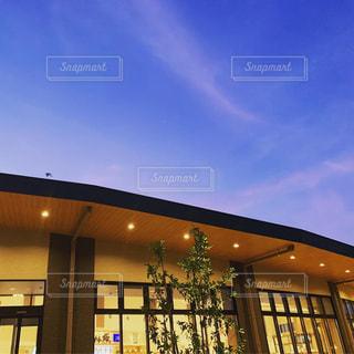 背景にある大きな建物の写真・画像素材[2376279]