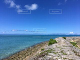 水の体の横にある砂浜のビーチの写真・画像素材[751471]