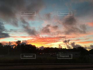 都市と曇り空に沈む夕日の写真・画像素材[754036]