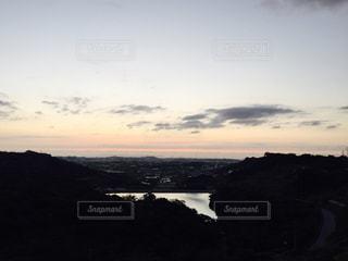 水の体に沈む夕日の写真・画像素材[763327]