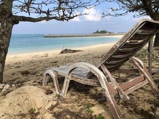 ビーチの前に座っている椅子の写真・画像素材[977604]