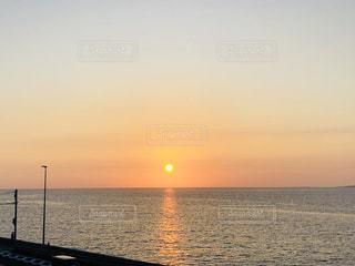 水の体に沈む夕日の写真・画像素材[1203269]