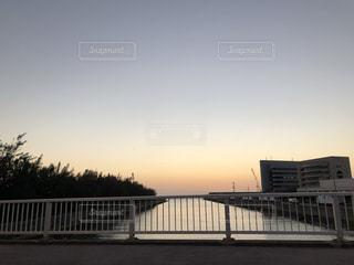 水の体の上の橋の写真・画像素材[1207384]