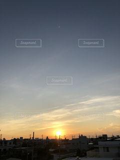 街に沈む夕日の写真・画像素材[1215511]