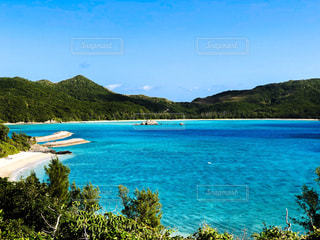 水の体の真ん中に島の写真・画像素材[1232291]