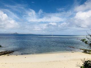 水の体の横にある砂浜のビーチの写真・画像素材[1234479]