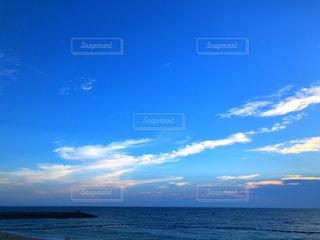 海の横にある水の体の写真・画像素材[1266273]