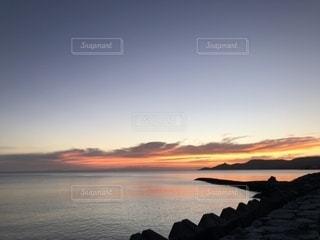 水の体に沈む夕日の写真・画像素材[1342101]