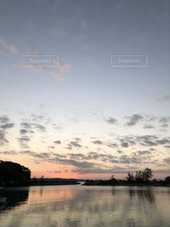 水の体に沈む夕日の写真・画像素材[1621254]
