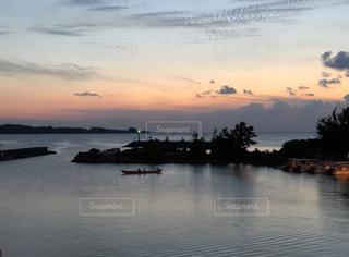 ハーリーと夕焼けの写真・画像素材[2110182]