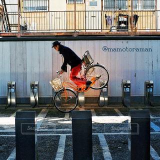 建物の前にベンチの写真・画像素材[407]