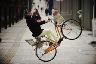 自転車の後ろに乗って男の写真・画像素材[405]
