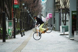 都市の通り自転車に乗る男の写真・画像素材[404]