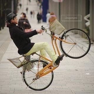自転車の後ろに乗って男 - No.402
