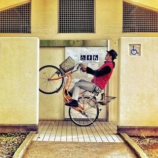 建物の前に自転車を持つ男の写真・画像素材[401]