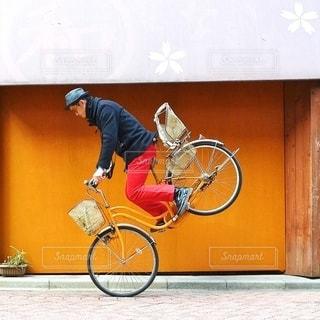 建物の前で自転車に乗る男の写真・画像素材[399]