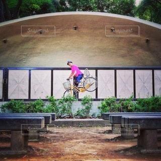 公園の木製ベンチ - No.386