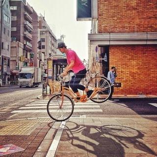 都市の通り自転車に乗る男 - No.385