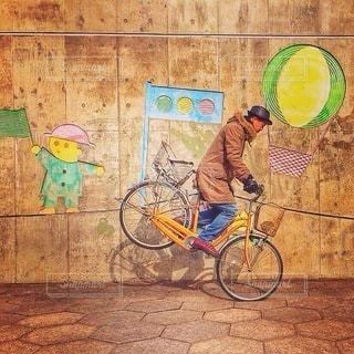 建物の前で自転車に乗る男の写真・画像素材[383]