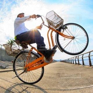 自転車の後ろに乗って男の写真・画像素材[379]