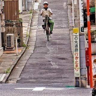通りを歩いて男の写真・画像素材[377]