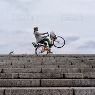 自転車に乗りながら空気を通って飛んで男の写真・画像素材[375]