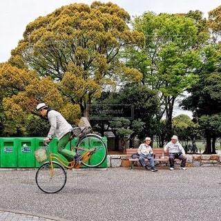自転車の後ろに乗っている人のグループの写真・画像素材[373]