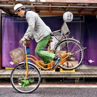 建物の前に自転車を持つ男 - No.371