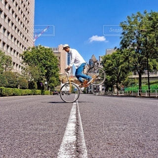 道路で自転車に乗る男の写真・画像素材[369]