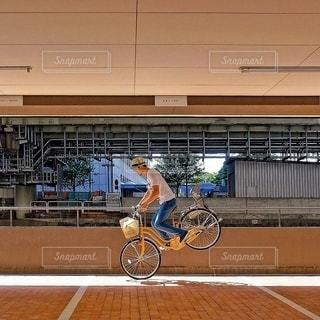 自転車の後ろに乗っている人のグループ - No.368