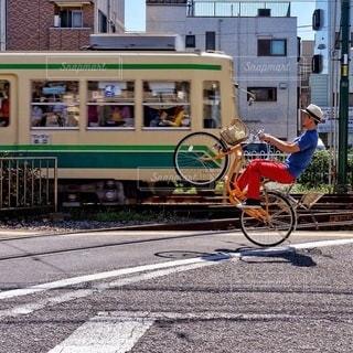 自転車は建物の脇に駐車の写真・画像素材[366]