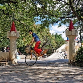 自転車の後ろに乗っている人のグループの写真・画像素材[362]