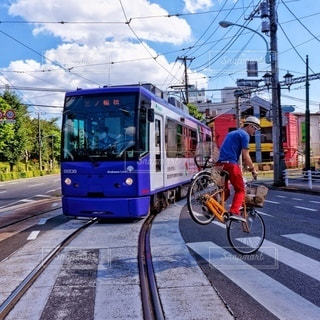 都市の通り自転車に乗る男の写真・画像素材[361]