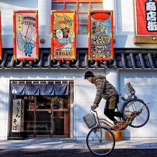 都市の通り自転車に乗る男の写真・画像素材[351]