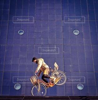 近くに自転車のアップの写真・画像素材[349]