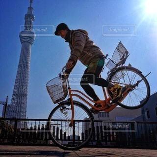 自転車に乗りながら空気を通って飛んで男の写真・画像素材[348]