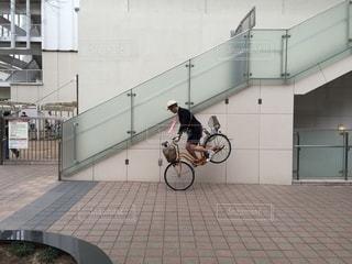 自転車は建物の脇に駐車の写真・画像素材[346]