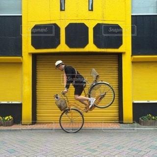 建物の前に駐車した黄色いスクールバスの写真・画像素材[343]