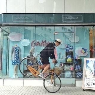 自転車の後ろに乗って男の写真・画像素材[342]